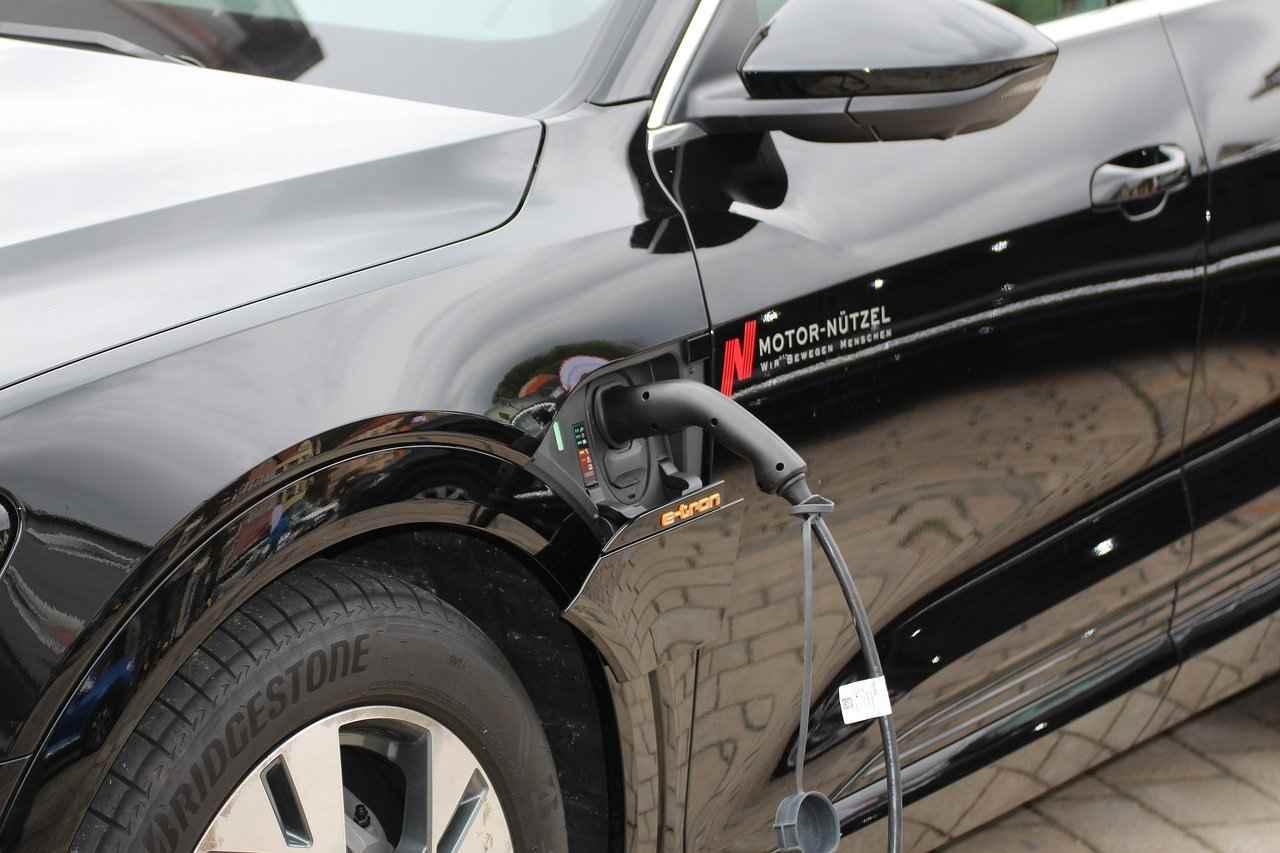 Auto elettriche, si lavora alle batterie a stato solido: cariche in 15 minuti Manovra