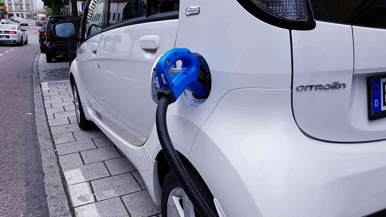 Futuro senza smog per il Giappone: dal 2035 addio auto a benzina e diesel