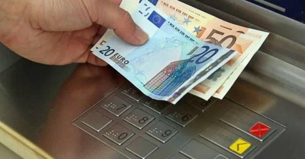 Dispetti fra banche e aumento dei costi di prelievo: perché dobbiamo rimetterci noi?