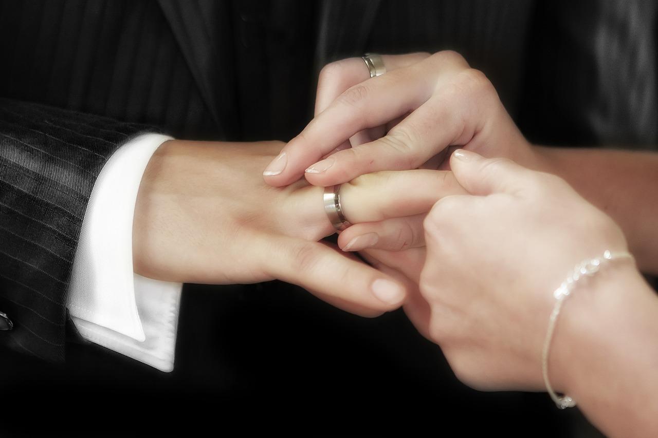 Lo sposa, gli prosciuga il conto in banca e si prende la sua casa