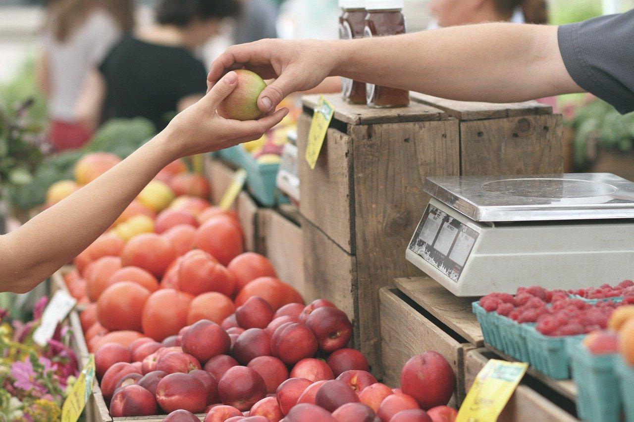 Vi regalano la frutta e vi scippano il portafogli: attenzione