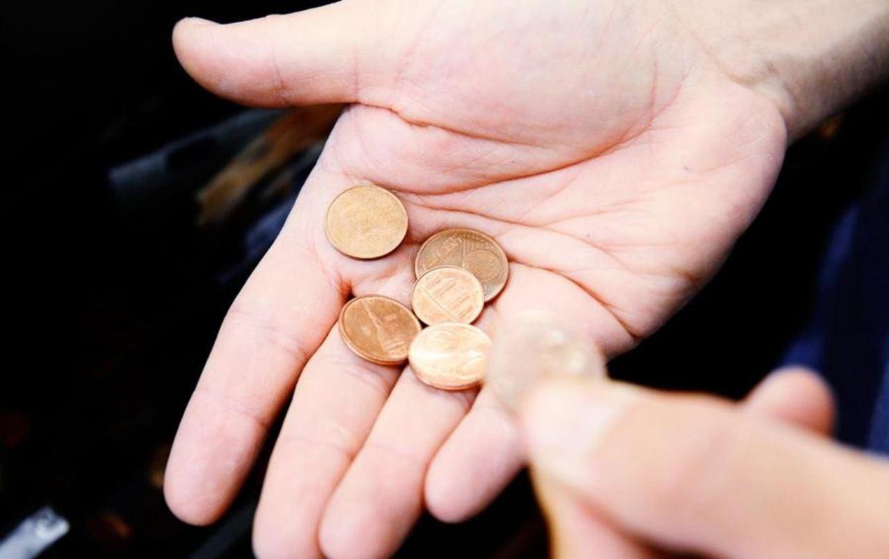 Truffa delle monetine: ecco come l'hanno derubata