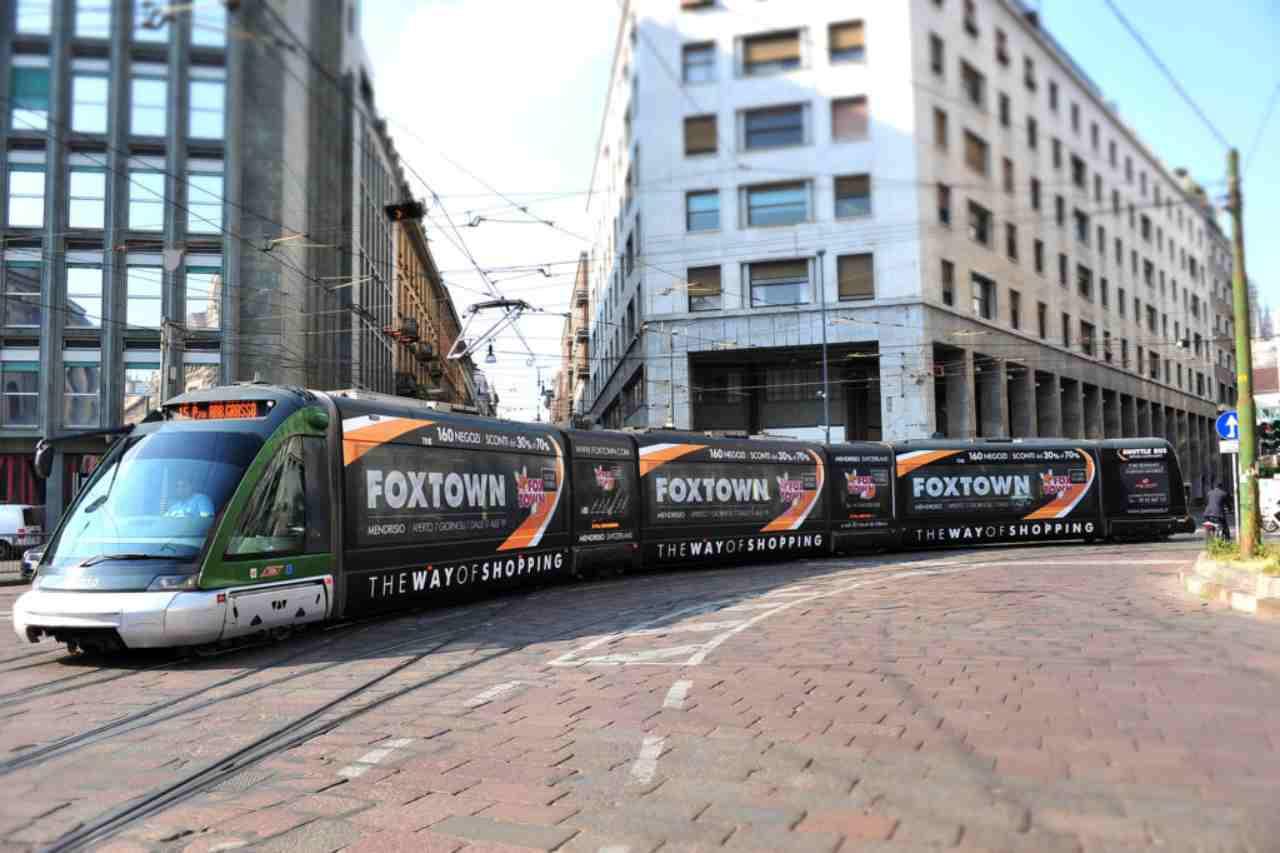 Altro che tecnologia avanzata: la nuova pubblicità si fa sui tram