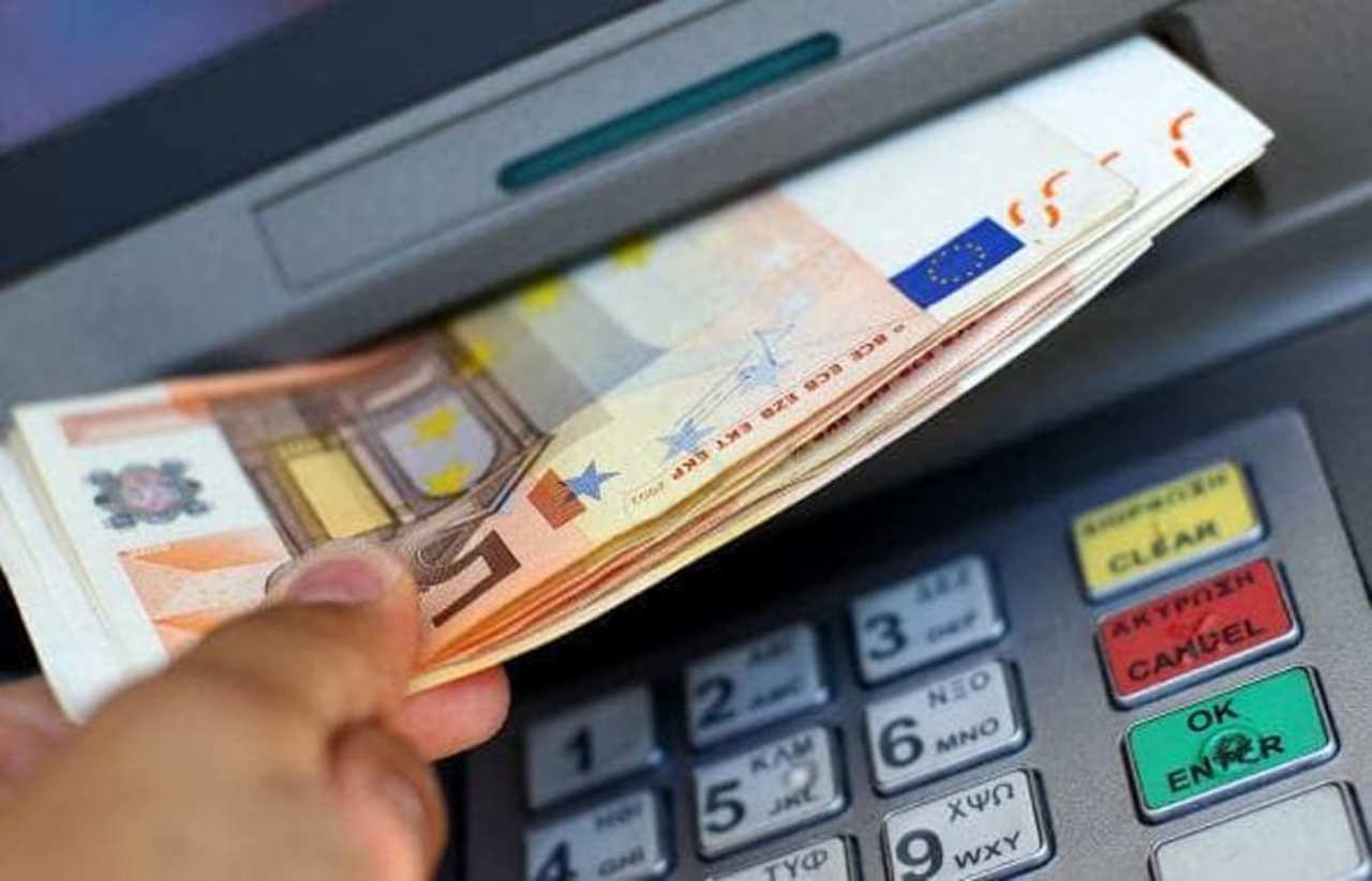 I venditori vanno al Bancomat credendo di incassare: la truffa gli fa perdere i soldi