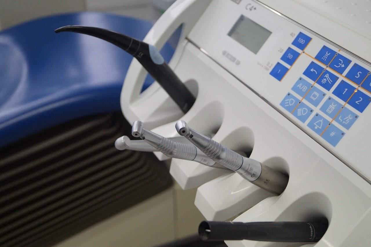 Dentista: quali spese affronto per una protesi o un impianto dentale?
