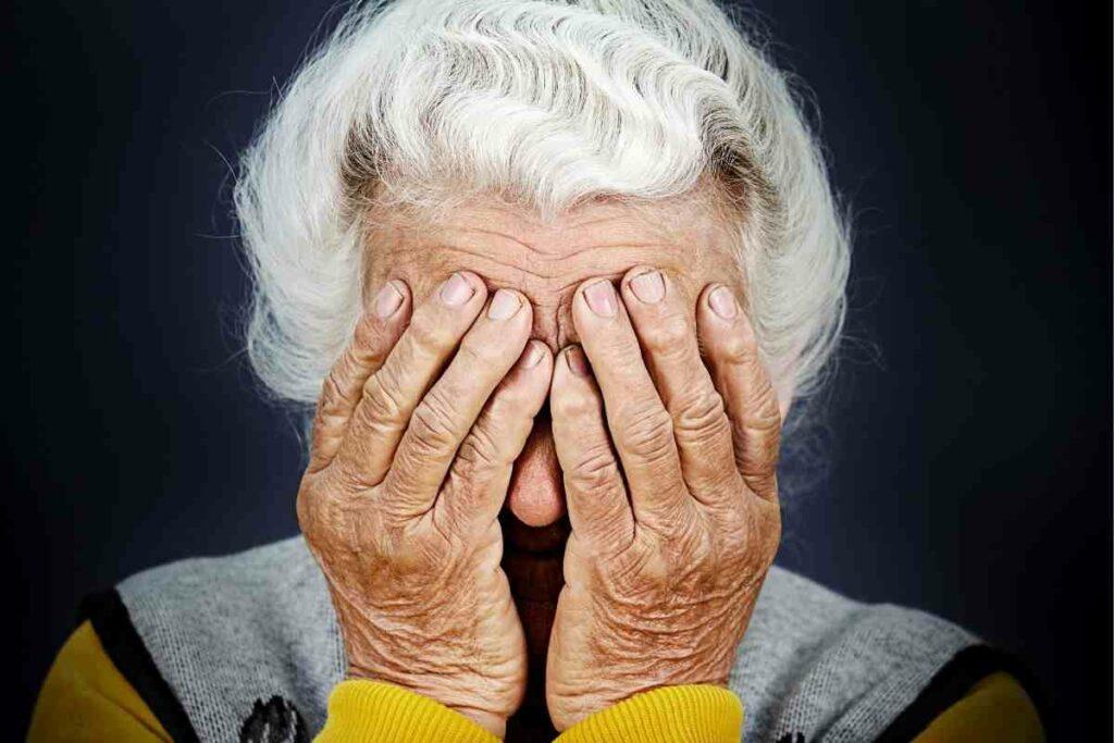 anziana gratta e vinci