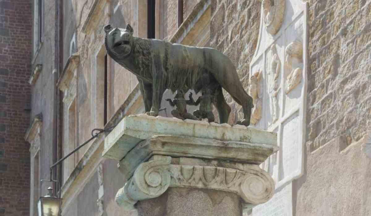 La lupa davanti all'ufficio del Sindaco di Roma